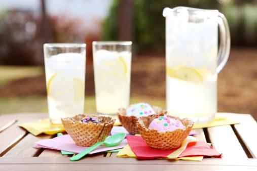 Lemon Soda「Lemonade and Ice cream in waffle bowls outside on the patio」:スマホ壁紙(19)