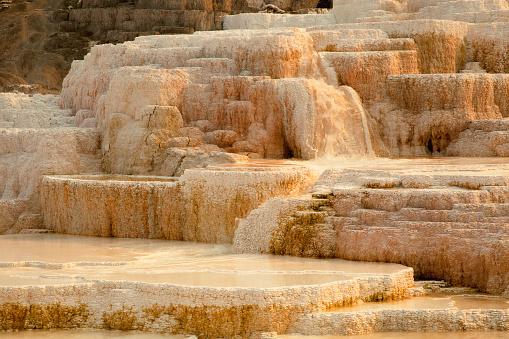 Mammoth Hot Springs「Calcium carbonate deposits on terraced hillside」:スマホ壁紙(13)