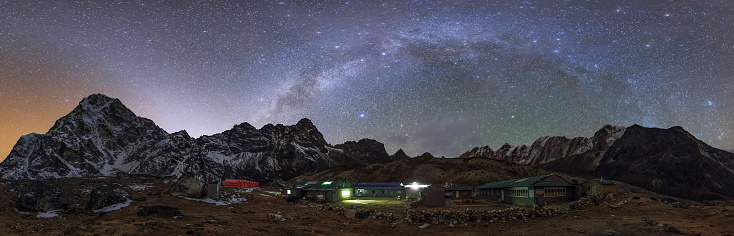 Base Camp「The arch of the Milky Way galaxy and bright zodiacal light  over the Himalayas in Nepal.」:スマホ壁紙(12)