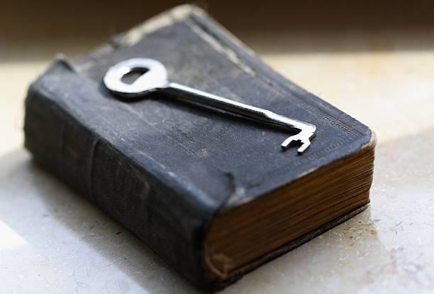 The key lying on old book / bible:スマホ壁紙(壁紙.com)