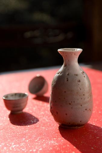 Sake「Sake cups and bottle, studio shot」:スマホ壁紙(0)