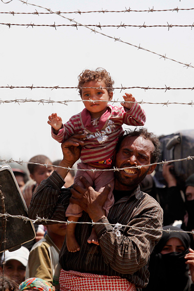 Vertical「Refugees Continue To Pour Into Turkey From Syria As They Attempt To Escape IS Violence」:写真・画像(17)[壁紙.com]