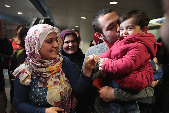 到着「Syrian Refugee Family Arrives In U.S. As Immigration Ban Is Debated In Court」:写真・画像(2)[壁紙.com]