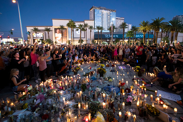 ラスベガス「Las Vegas Mourns After Largest Mass Shooting In U.S. History」:写真・画像(6)[壁紙.com]