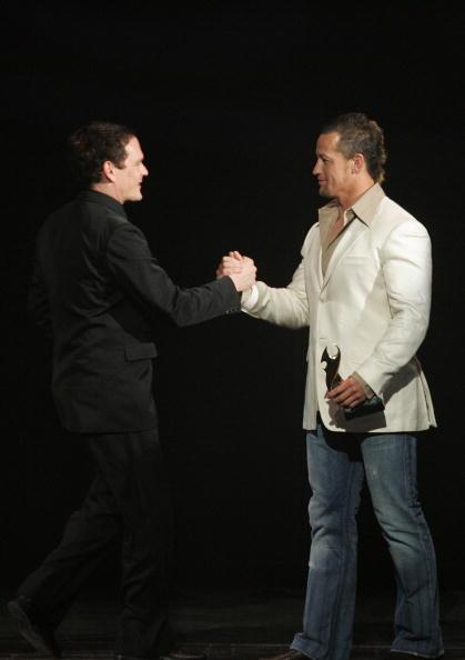 Light Switch「Carlos Spencer hands the Tui award over for Best B」:写真・画像(18)[壁紙.com]