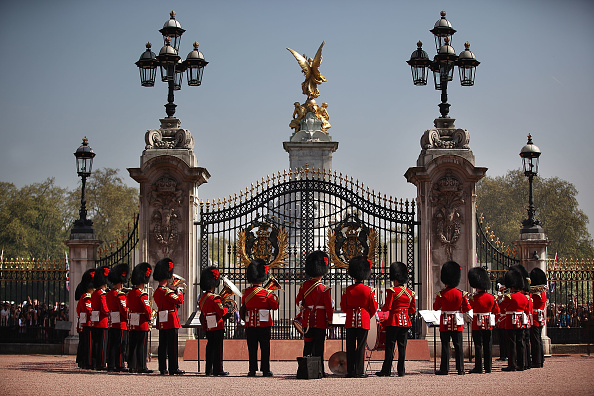 Buckingham Palace「Foot Guards Of The Household Division During Changing Of The Guard」:写真・画像(12)[壁紙.com]
