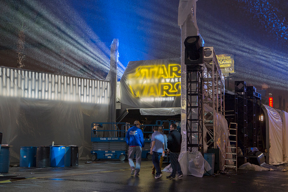 "El Capitan Theatre「Hollywood Prepares For The Premiere Of Walt Disney Pictures And Lucasfilm's ""Star Wars: The Force Awakens""」:写真・画像(19)[壁紙.com]"