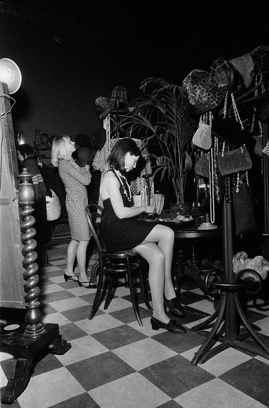 座る「Customers At Biba」:写真・画像(6)[壁紙.com]