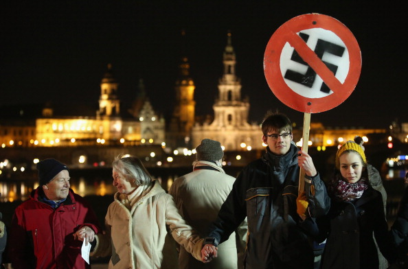 People In A Row「Dresden Citizens Counter Neo-Nazis On WW2 Firebombing Anniversary」:写真・画像(14)[壁紙.com]