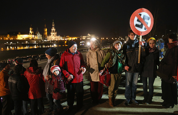 People In A Row「Dresden Citizens Counter Neo-Nazis On WW2 Firebombing Anniversary」:写真・画像(13)[壁紙.com]