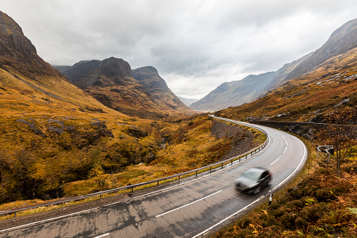 Valley「UK, Scotland, scenic road through the mountains in the Scottish highlands near Glencoe with a view on the Three Sisters」:スマホ壁紙(19)