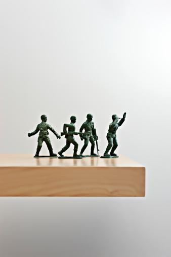 人の姿「Plastic soldiers on table top」:スマホ壁紙(13)