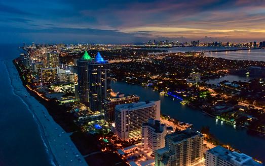 ビーチ「USA, Florida, Miami, Aerial view of beach along illuminated city at dusk」:スマホ壁紙(7)