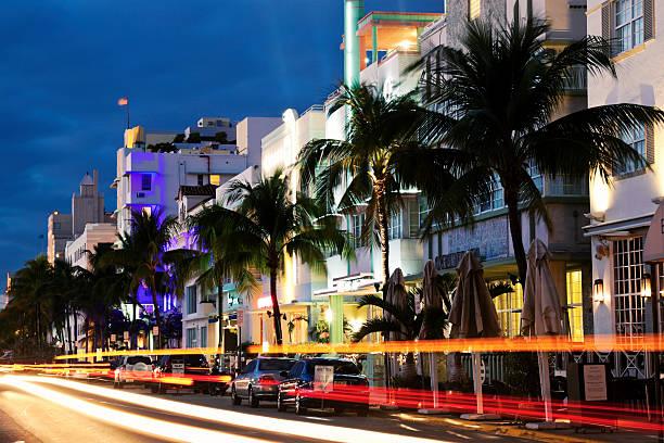 USA, Florida, Miami Beach, Ocean Drive at dusk:スマホ壁紙(壁紙.com)