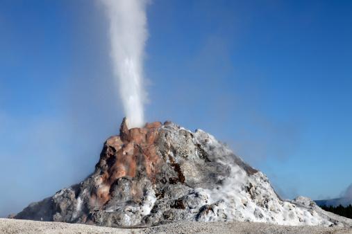 White Dome Geyser「White Dome Geyser erupting, Upper Geyser Basin geothermal area, Yellowstone National Park.」:スマホ壁紙(8)