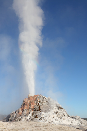 UNESCO「White Dome Geyser erupting, Upper Geyser Basin geothermal area, Yellowstone National Park.」:スマホ壁紙(9)