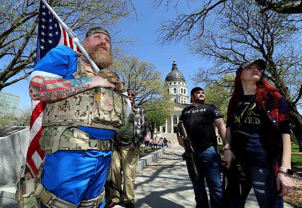 Kansas「Protestors Rally At Kansas State Capitol Against Governor's Stay-At-Home Order」:写真・画像(16)[壁紙.com]