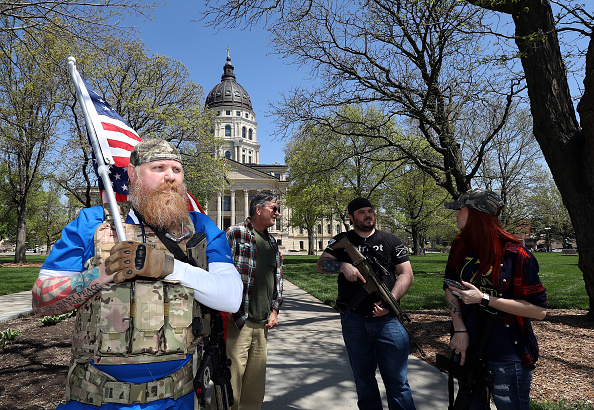Kansas「Protestors Rally At Kansas State Capitol Against Governor's Stay-At-Home Order」:写真・画像(9)[壁紙.com]
