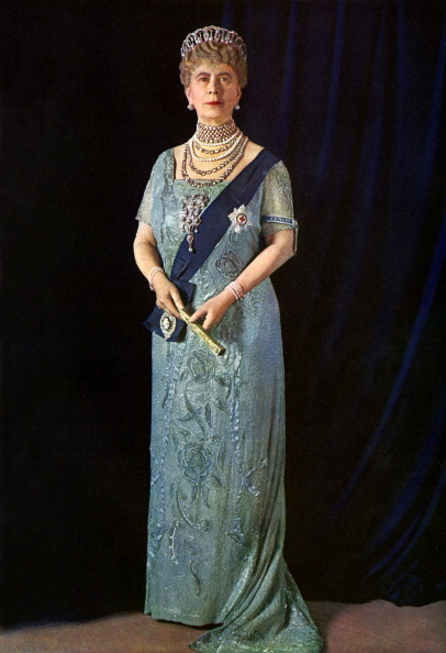 Tiara「Queen Mary, official portrait photograph of 1935, in sash and tiara, holding fan.  Illustrated London News Silver Jubilee.  Colour photograph by Finlay Colour Ltd.」:写真・画像(12)[壁紙.com]