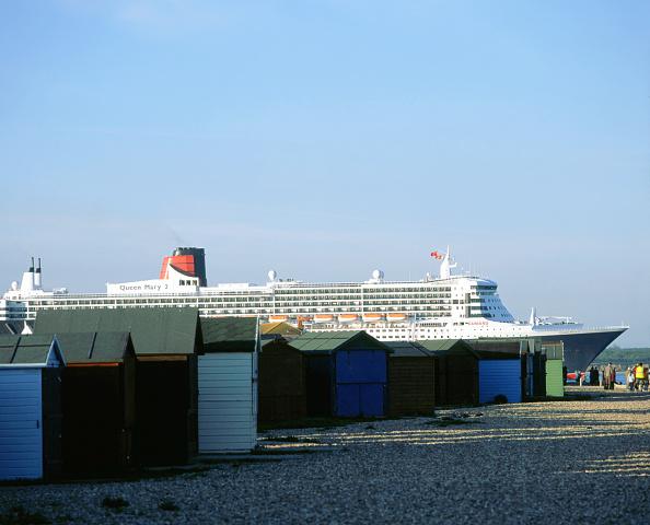 Stuart - Florida「Queen Mary II sails past Beach Huts, Calshot May 2004」:写真・画像(13)[壁紙.com]