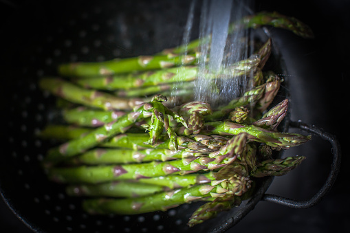 Asparagus「Asparagus in a colander being washed」:スマホ壁紙(2)