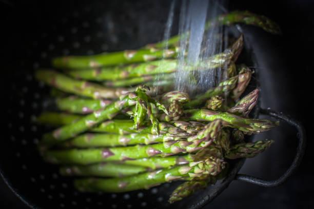 Asparagus in a colander being washed:スマホ壁紙(壁紙.com)