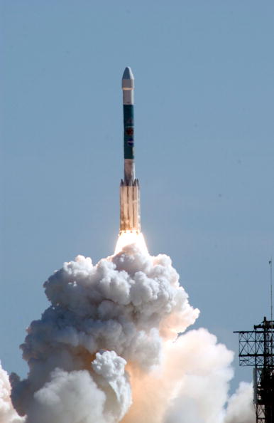 Space Travel Vehicle「NASA Launches Boeing Delta 2 Rocket Carrying Deep Impact Spacecraft」:写真・画像(5)[壁紙.com]