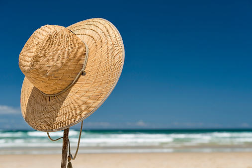 Sun Hat「Australia, New South Wales, Byron Bay, Broken Head nature reserve, straw hat on stick on beach」:スマホ壁紙(7)