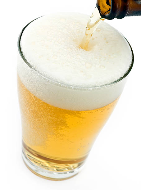 Pouring beer in a glass:スマホ壁紙(壁紙.com)