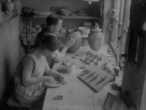 Vase「Relief Moulding」:写真・画像(1)[壁紙.com]