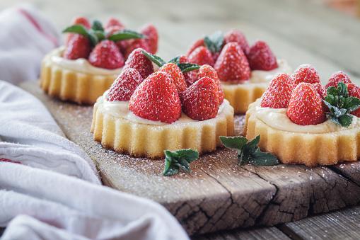 Dessert「Tartlets with pudding filling and strawberries」:スマホ壁紙(2)