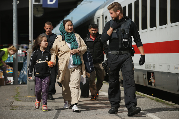 Disembarking「Germany Reinstates Border Controls To Stem Migrant Influx」:写真・画像(9)[壁紙.com]