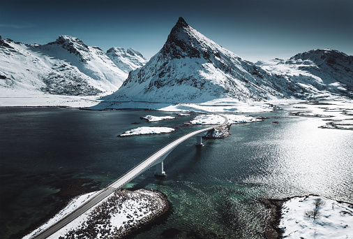 橋「ロフォーテン諸島で橋の冬景色」:スマホ壁紙(16)