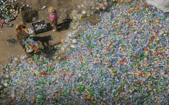 Bottle「Migrant Workers Labour At Cycle Disposal Site In Beijing」:写真・画像(19)[壁紙.com]