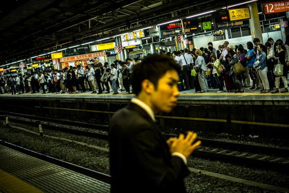 Commuter「Commuters Wait For Trains at Shinjuku Station」:写真・画像(10)[壁紙.com]