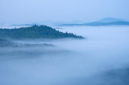 Adirondack Mountains「Mountains enshrouded in morning fog, Adirondack Mountains, New York State, USA」:スマホ壁紙(5)