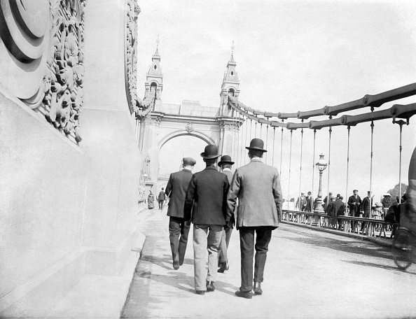 Bridge - Built Structure「Pedestrians On Hammersmith Bridge」:写真・画像(9)[壁紙.com]