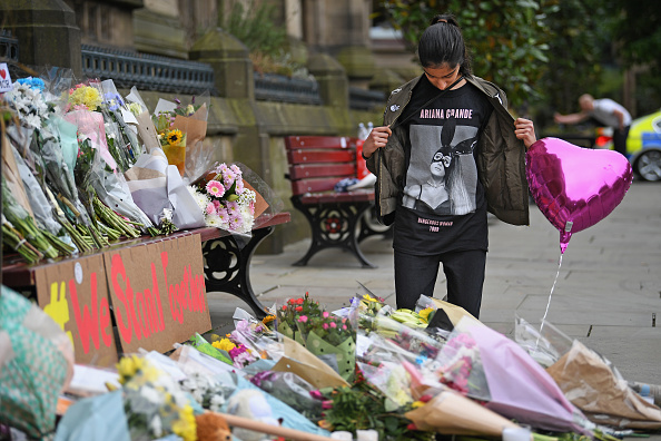 Manchester - England「Floral Tributes Are Left For The Victims Of The Manchester Arena Terrorist Attack」:写真・画像(1)[壁紙.com]