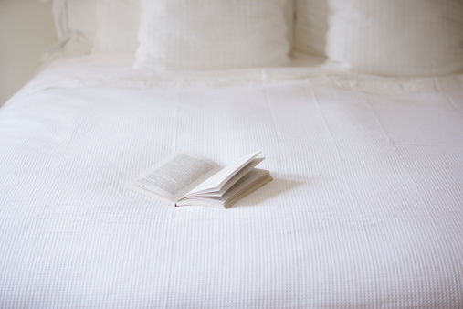 Pillow「Empty bed with open book on it」:スマホ壁紙(15)