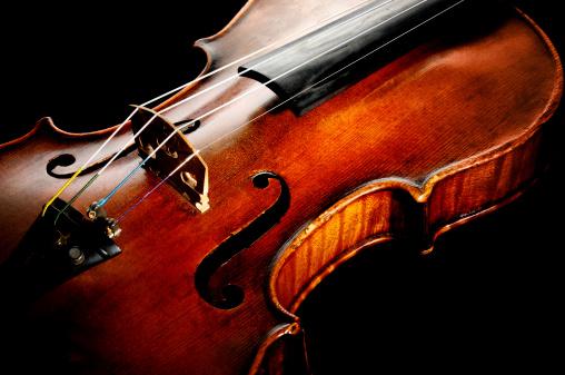 Violin「Old Violin on Black Background」:スマホ壁紙(1)