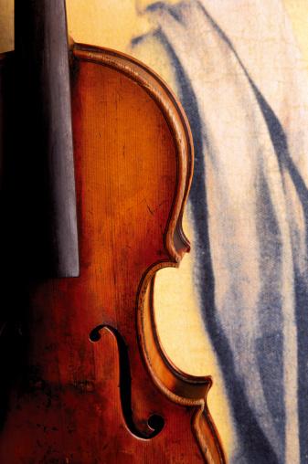 Violin「Old violin against painted drapery」:スマホ壁紙(12)