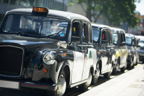 Focus On Foreground「London Taxis Lined Up On Sidewalk」:スマホ壁紙(0)