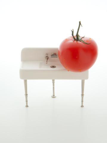 Insecticide「Washing a tomato at an old miniature sink」:スマホ壁紙(13)