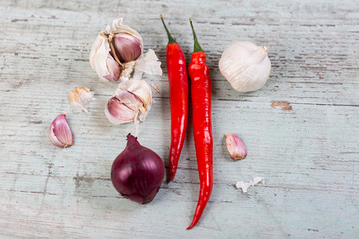 Garlic Clove「Red chili pods, red onion and garlic on wood」:スマホ壁紙(9)