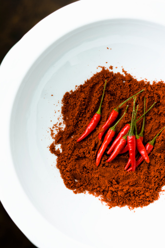 Cayenne Pepper「Red chili peppers on bed of ground cayenne pepper」:スマホ壁紙(12)
