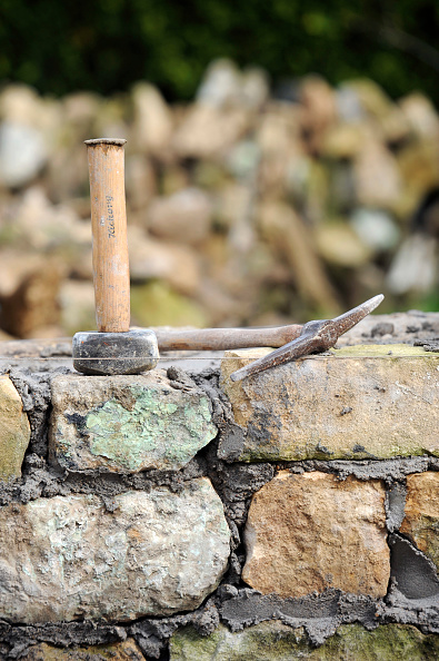 Mortar - Weapon「Building a garden wall with cotswold stone and cement mortar UK」:写真・画像(13)[壁紙.com]