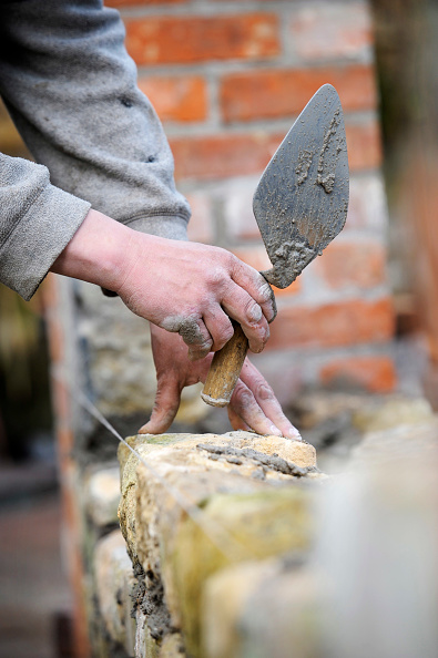 Tradition「Building a garden wall with cotswold stone and cement mortar UK」:写真・画像(1)[壁紙.com]