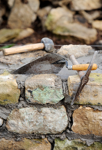 Pick Axe「Building a garden wall with cotswold stone and cement mortar UK」:写真・画像(10)[壁紙.com]