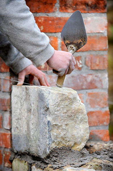 Tradition「Building a garden wall with cotswold stone and cement mortar UK」:写真・画像(15)[壁紙.com]