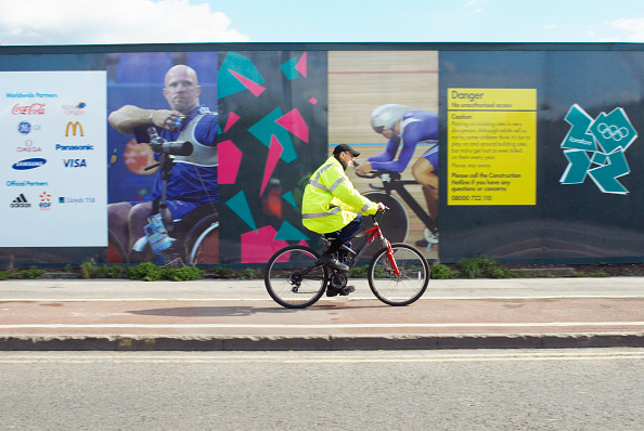Outdoors「Cyclist cycling past Olympic construction site hoardings, Stratford, London, UK, 2008」:写真・画像(17)[壁紙.com]